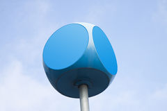 Cubo blu con i bordi arrotondati contro il fondo del cielo con lo PS della copia Immagine Stock