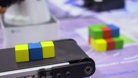 Cubo colorido que compila a operação robótico do dispositivo video estoque