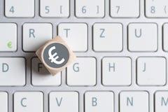 Cubo com símbolo do Euro na parte superior e em um teclado de computador Imagem de Stock