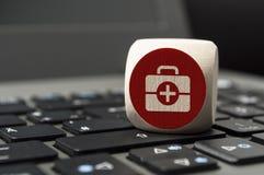Cubo con la farmacia en línea y el doc. en línea en un teclado imagen de archivo libre de regalías