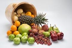 Cubo con las frutas tropicales Imagen de archivo libre de regalías