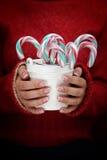 Cubo con los bastones de caramelo Fotos de archivo libres de regalías