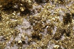 Cubo Crystal Cluster da pirite do olhar do ouro com quartzo foto de stock