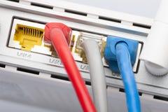 Cubo da rede do roteador do modem com conexão do cabo foto de stock