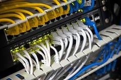 Cubo da rede e cabos conectados do Internet Imagem de Stock