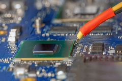 Cubo da substituição do portátil na estação infravermelha do rework para a microplaqueta do bga imagens de stock