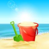 Cubo de arena y de pala en la playa Fotografía de archivo