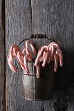 Cubo de bastones de caramelo Fotografía de archivo libre de regalías