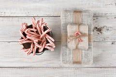 Cubo de bastones y de presente de caramelo Foto de archivo libre de regalías