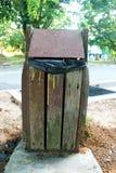 Cubo de basura en el parque Fotos de archivo libres de regalías