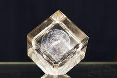 Cubo de cristal en backgroud oscuro foto de archivo