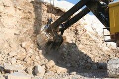Cubo de excavador de la explotación minera Fotografía de archivo libre de regalías