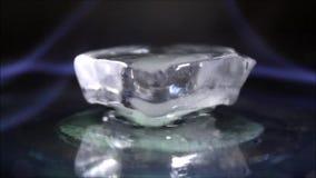Cubo de gelo ardente na obscuridade vídeos de arquivo