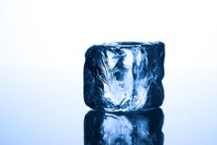 Cubo de gelo azul imagens de stock royalty free