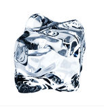 Cubo de gelo azul, isolado no branco imagem de stock
