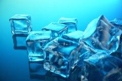cubo de gelo da rendição 3D no fundo azul do matiz Cubo congelado da água Fotografia de Stock