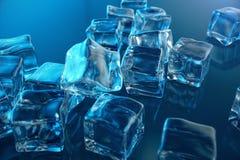 cubo de gelo da rendição 3D no fundo azul do matiz Cubo congelado da água Fotos de Stock Royalty Free