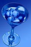 Cubo de gelo no vidro de Martini foto de stock