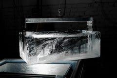 Cubo de hielo claro grande en el tenedor especial fotos de archivo libres de regalías