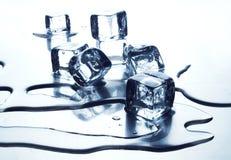 Cubo de hielo de fusión Fotografía de archivo libre de regalías