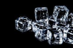 cubo de hielo en el fondo negro con la reflexión Foto de archivo