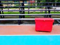 Cubo de hielo rojo grande o caja plástica que pone en el piso colorido fotos de archivo libres de regalías