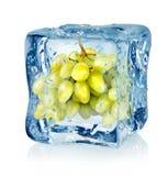 Cubo de hielo y uvas verdes Fotografía de archivo libre de regalías