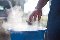 Cubo de la agua caliente fotografía de archivo libre de regalías