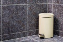 Cubo de la basura cerrado en cuarto de baño imágenes de archivo libres de regalías