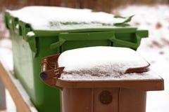 Cubo de la basura con nieve Fotos de archivo