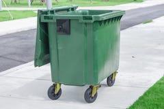 Cubo de la basura, cubo de basura, desperdicio-compartimiento, Trashcan en parque Foto de archivo