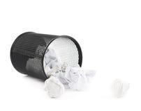 Cubo de la basura de papel de la oficina aislado Foto de archivo libre de regalías