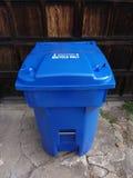Cubo de la basura de reciclaje resistente azul Fotos de archivo libres de regalías