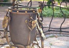 Cubo de la basura del arrabio en el parque Imágenes de archivo libres de regalías