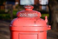 Cubo de la basura del perro Imagenes de archivo