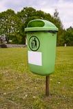 Cubo de la basura en parque Imágenes de archivo libres de regalías