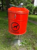 Cubo de la basura inútil del perro Foto de archivo libre de regalías