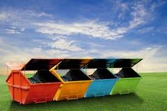 Cubo de la basura industrial colorido y x28; dumpster& x29; para la basura municipal o fotografía de archivo libre de regalías