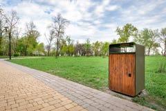 Cubo de la basura de madera y metálico en el parque Fotografía de archivo