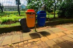 Cubo de la basura orgánico y unorganic en Jakarta admitida foto peatonal Indonesia imágenes de archivo libres de regalías