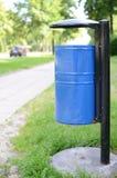 Cubo de la basura público Imagenes de archivo