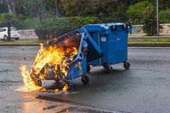 Cubo de la basura quemado y derretido del fuego en la ciudad de Atenas después de un acontecimiento de la demostración fotografía de archivo libre de regalías