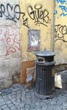 Cubo de la basura Roma de la basura fotografía de archivo libre de regalías