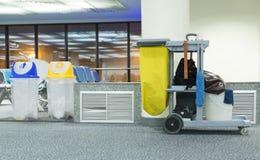 Cubo de la fregona y sistema amarillos de equipo de la limpieza Fotos de archivo libres de regalías