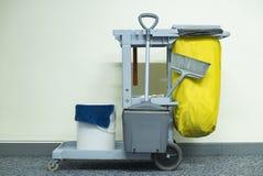 Cubo de la fregona y sistema amarillos de equipo de la limpieza Imagen de archivo libre de regalías