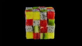 Cubo de la fruta formado de pequeños cuadrados de la fruta tropical clasificada en un arreglo colorido incluyendo el kiwi, fresa, imagen de archivo