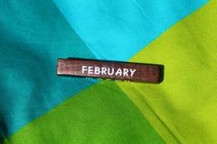 Cubo de madeira com o nome do mês fevereiro Fotografia de Stock Royalty Free