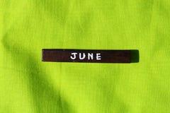 Cubo de madeira com o nome do mês junho Foto de Stock Royalty Free