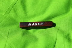 Cubo de madeira com o nome do mês março Foto de Stock Royalty Free