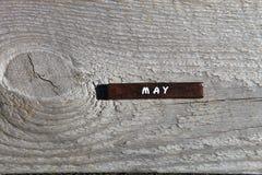 Cubo de madeira com o nome do mês na placa idosa possa Imagem de Stock